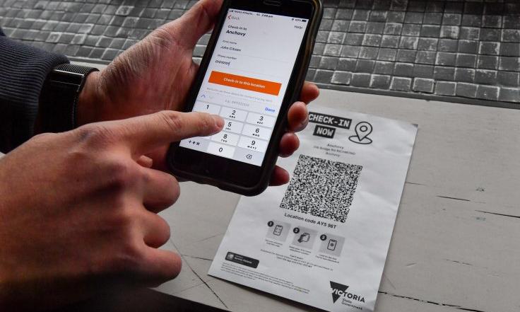 Một người quét mã QR để truy cập địa điểm công cộng ở bang Victoria. Ảnh: SMH.