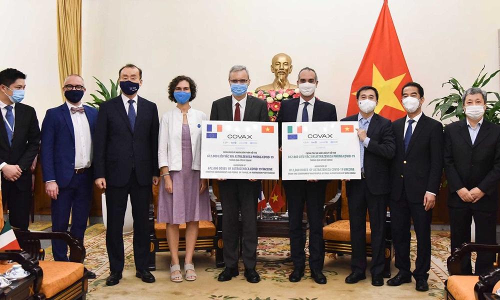 Lễ trao tượng trưng 1,5 triệu liều vaccine của Pháp và Italy hỗ trợ Việt Nam tại trụ sở Bộ Ngoại giao sáng nay. Ảnh: Bộ Ngoại giao.