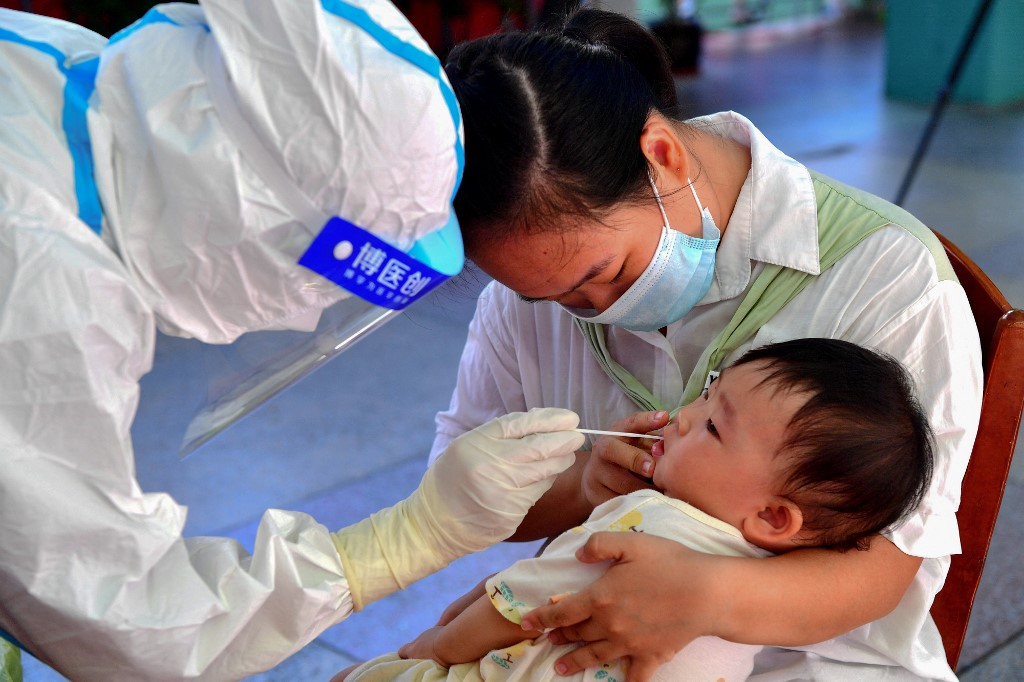 Người dân huyện Tiên Du, thành phố Phủ Điền, tỉnh Phúc Kiến, xét nghiệm Covid-19 ngày 13/9. Ảnh: AFP.