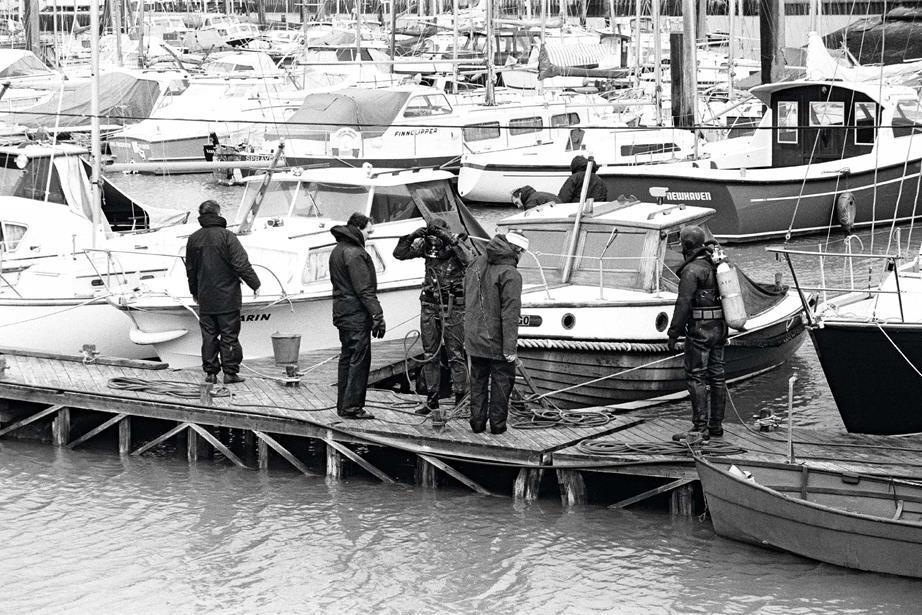 Các thợ lặn và cảnh sát tại bến du thuyền Cresta, tháng 11/1974 đang tìm kiếm Lucan, bị truy nã vì tội giết người. Ảnh: Mirrorpix