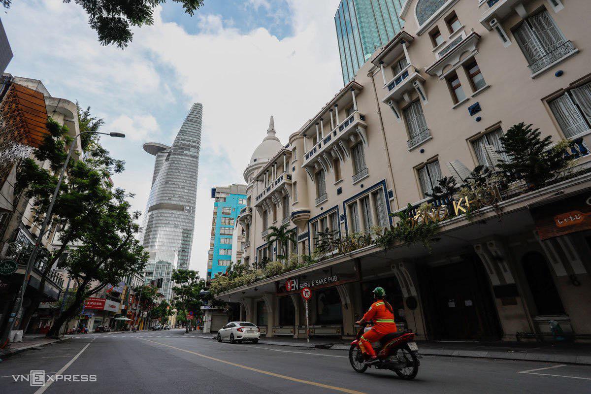 Đường Đồng Khởi, TP HCM vắng vẻ khi hàng quán đã đóng cửa, ngày 9/7. Ảnh: Hữu Khoa