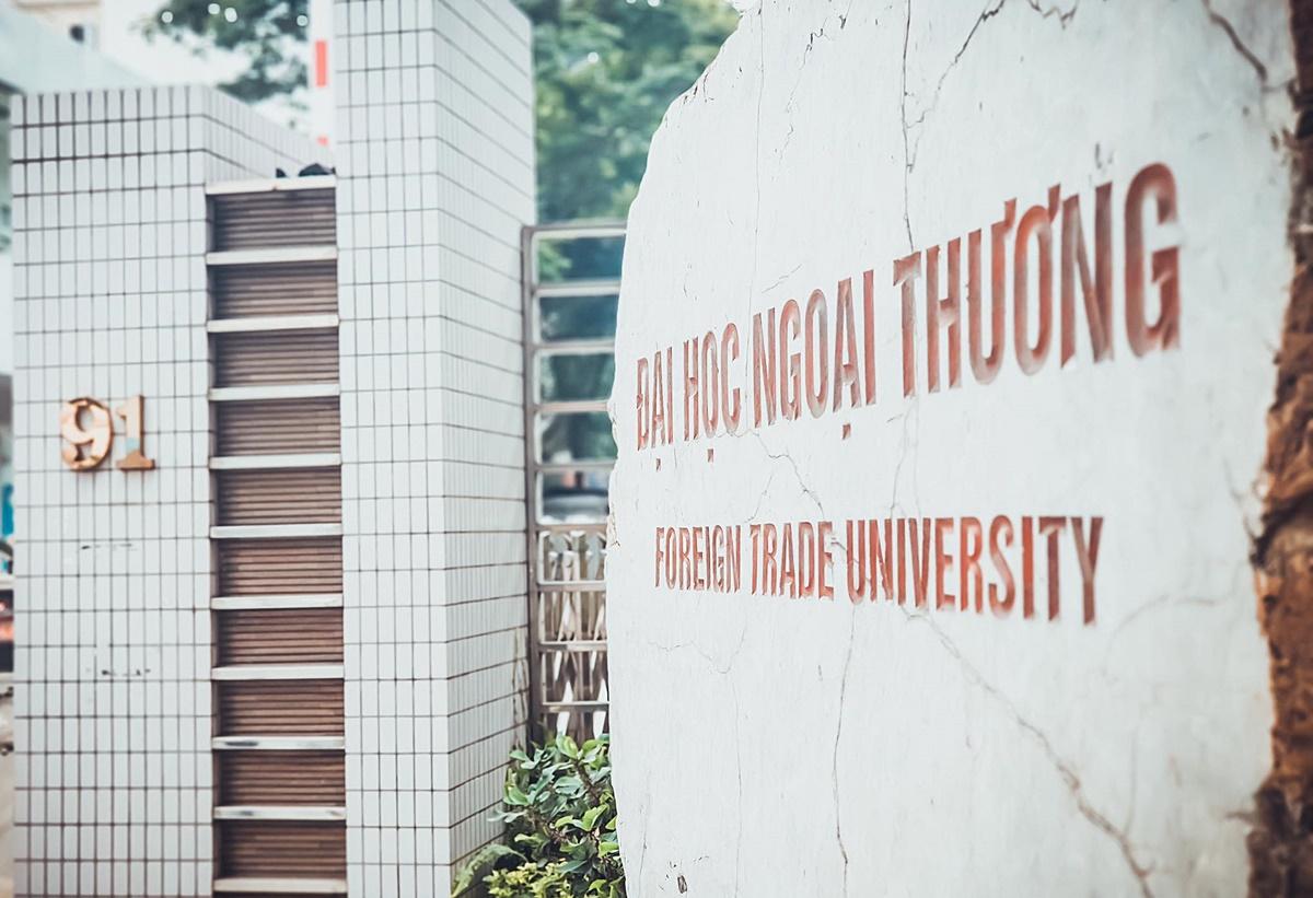 Biển tên Đại học Ngoại thương trụ sở Hà Nội. Ảnh: FTU Times