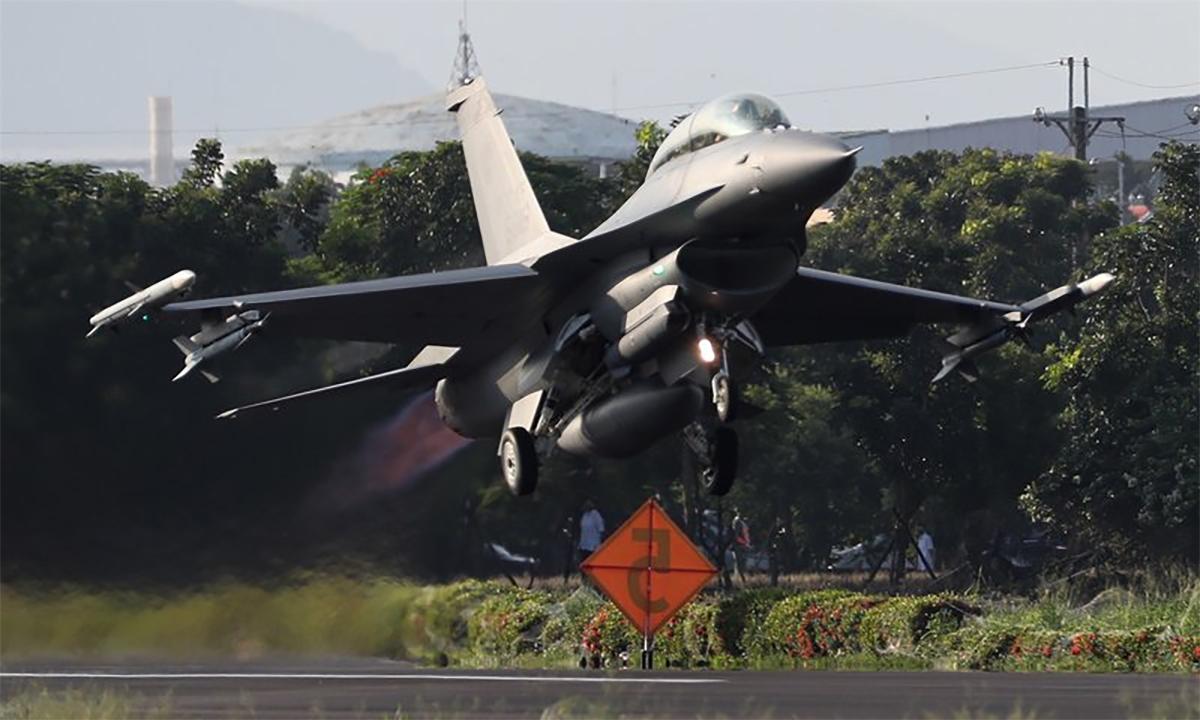 Tiêm kích F-16V của phòng vệ trên không Đài Loan cất cánh từ đường băng dã chiến trên cao tốc ở huyện Bình Đông ngày 15/9. Ảnh: CNA.