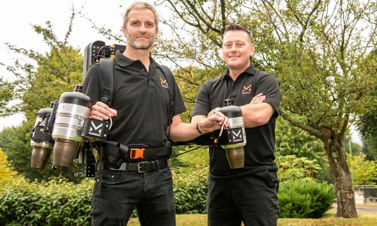 Matt Denton (trái) và Antony Quinn (phải) cùng phát triển bộ đồ bay mới. Ảnh: Maverick Aviation