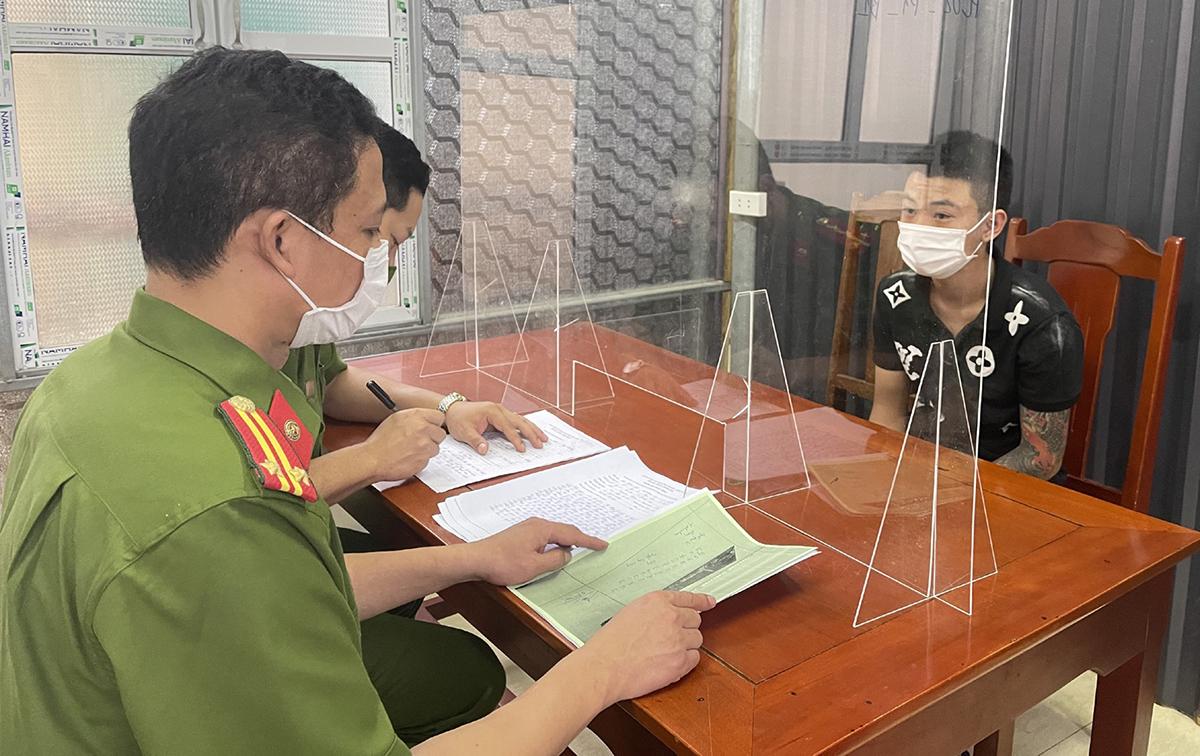 Cảnh sát thẩm vấn nghi phạm Nguyễn Tùng Dương. Ảnh: Lam Sơn.