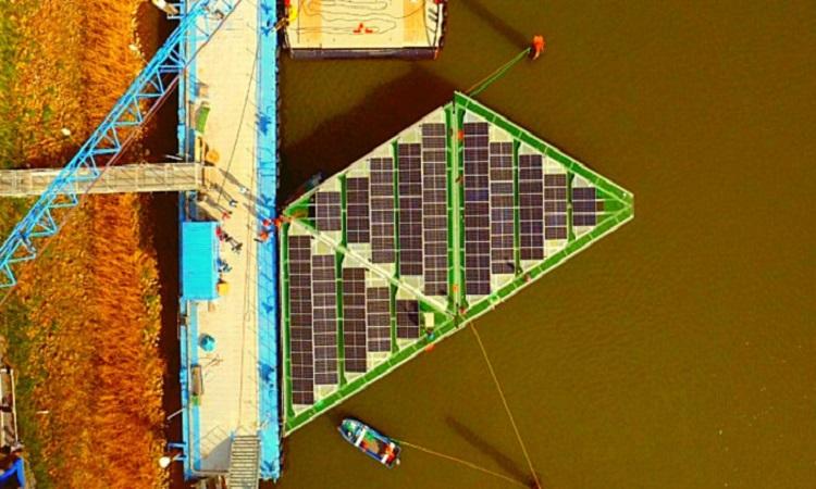 Giàn pin mặt trời đặt trên mặt sông của SolarDuck. Ảnh: SolarDuck
