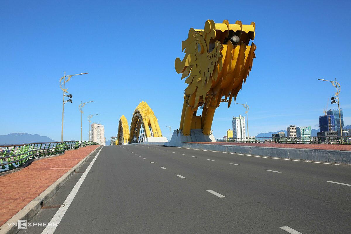 Cầu Rồng không bóng người qua lại hôm 16/8, khi thành phố thực hiện ở yên trong nhà chống dịch. Ảnh: Nguyễn Đông