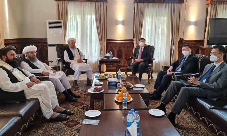 Các quan chức Taliban (trái) trong cuộc gặp các nhà ngoại giao cấp cao Trung Quốc tại Kabul, Afghanistan, hôm 6/9. Ảnh: Reuters.