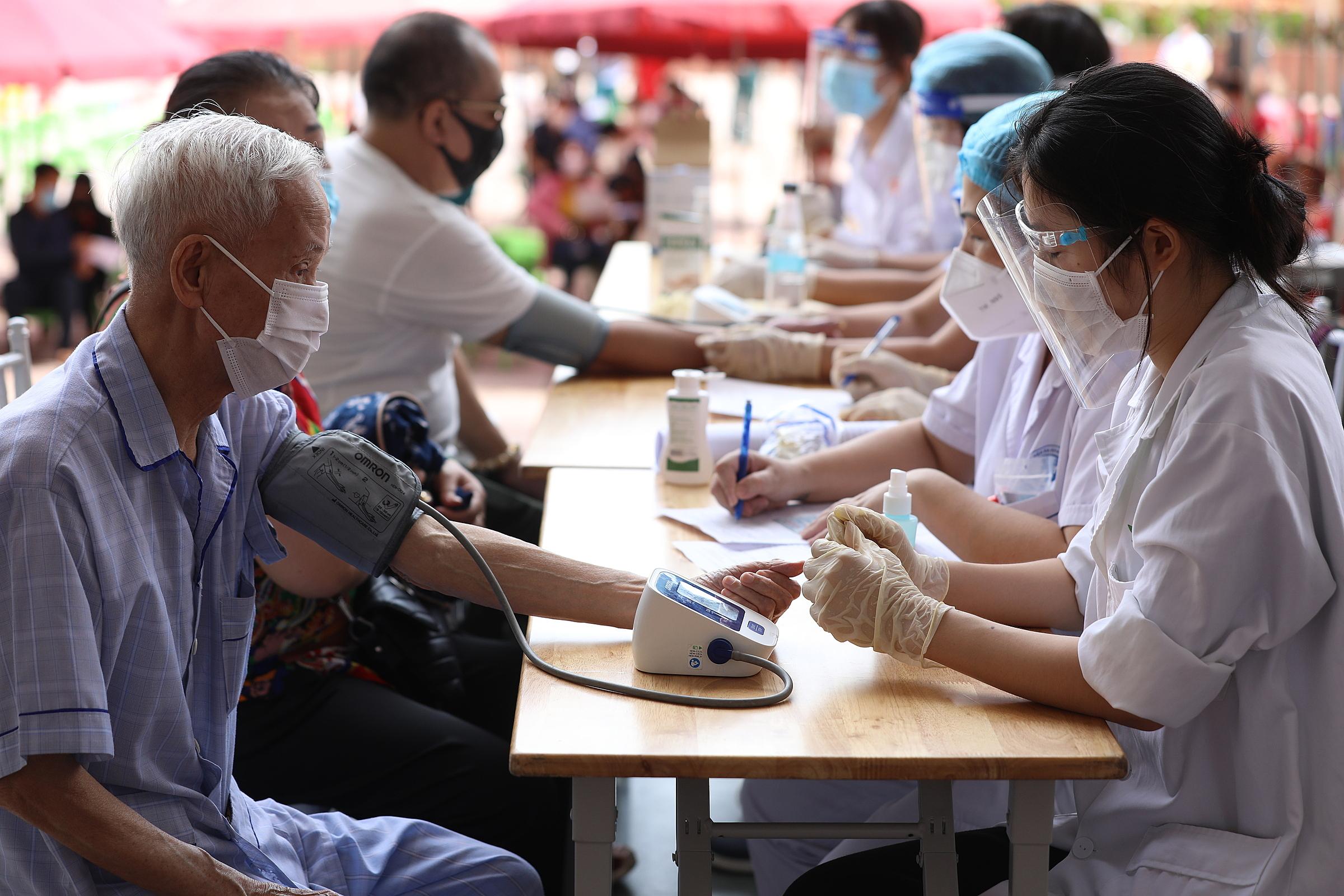 Người dân Hà Nội khám sàng lọc trước khi tiêm vaccine, tại cung Hữu Nghị, tháng 9/2021. Ảnh: Ngọc Thành