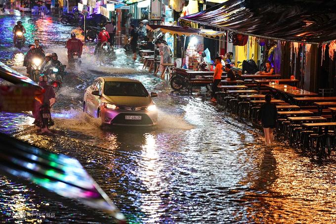 Tuyến đường Bùi Viện, quận 1 bị ngập nước sau mưa lớn, tháng 10/2020. Ảnh: Hữu Khoa