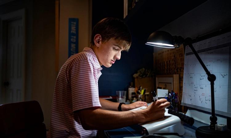 Will Grogan bên góc học tập tại nhà của em ở Dallas. Ảnh: NYTimes.