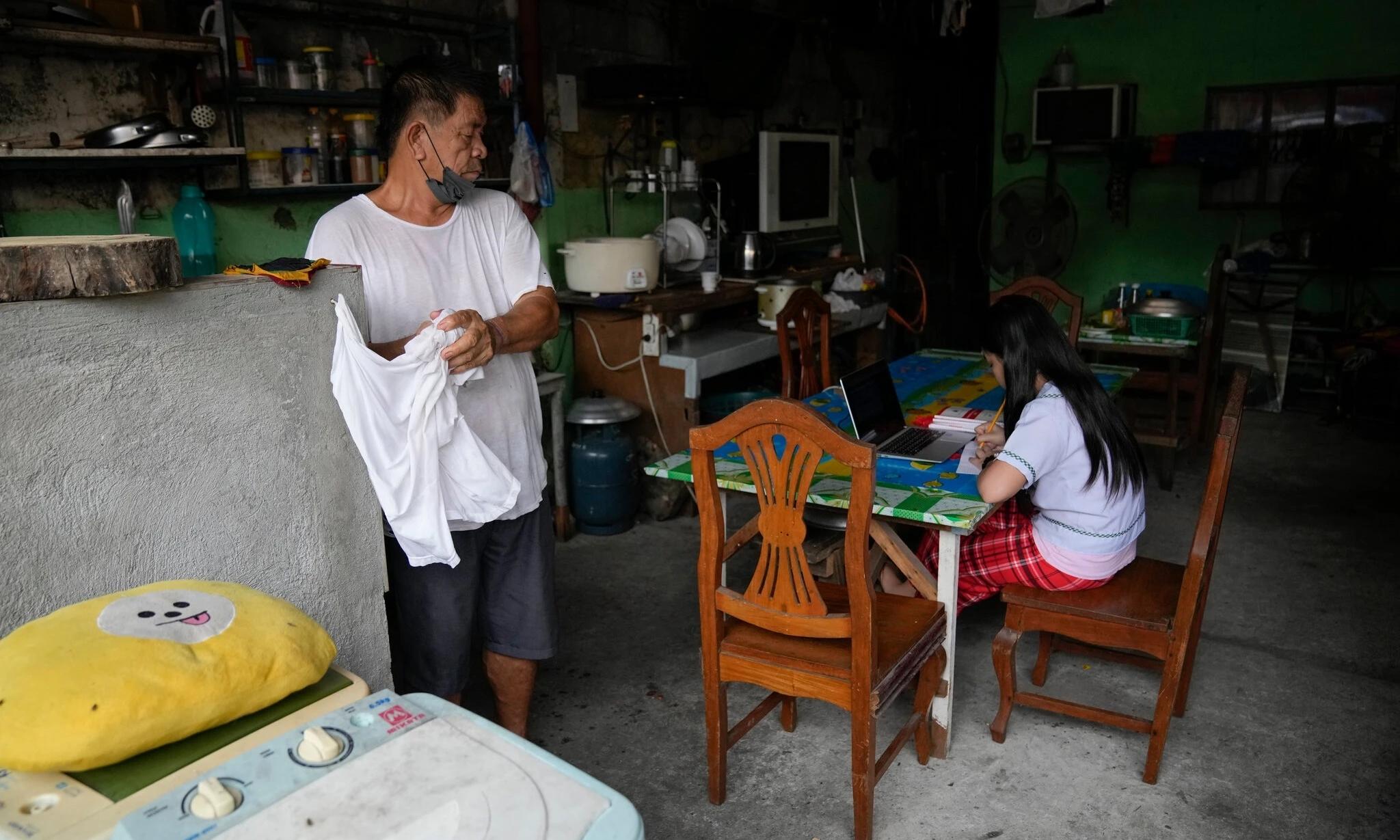 Một học sinh học trực tuyến bằng máy tính xách tay tại nhà của em ở thành phố Quezon, Philippines, hôm 13/9. Ảnh: AP.