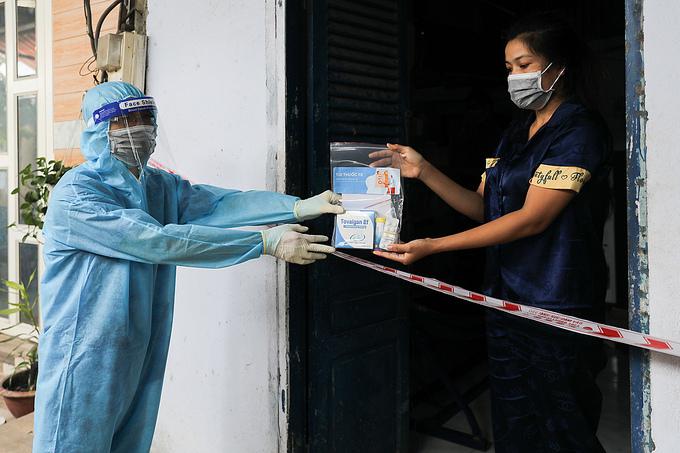 Nhân viên y tế phường 3, quận 8, TP HCM đến thăm khám, phát thuốc cho người mắc Covid-19 đang điều trị tại nhà, ngày 29/8. Ảnh: Quỳnh Trần