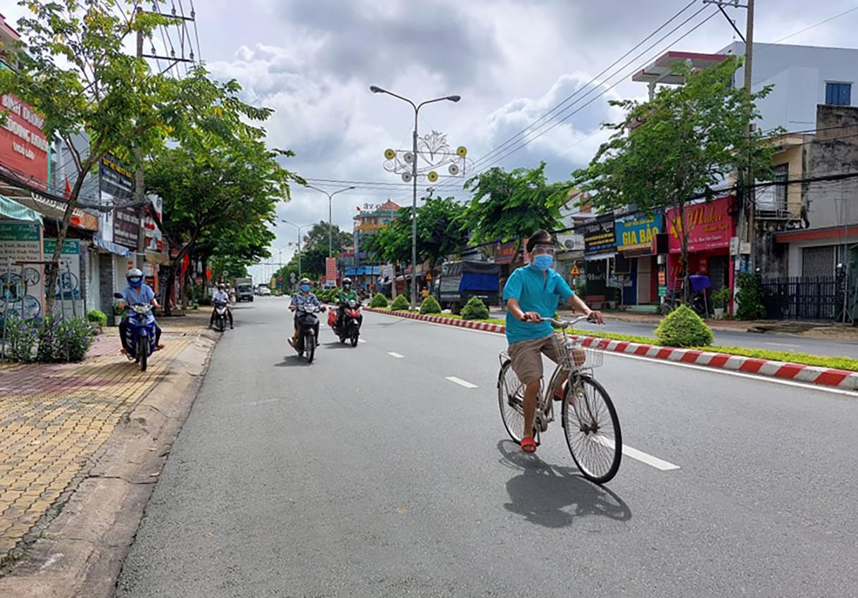 Người dân TP Thủ Dầu Một đi lại trên đường phố sau khi được nới lỏng giãn cách xã hội. Ảnh: Thái Hà
