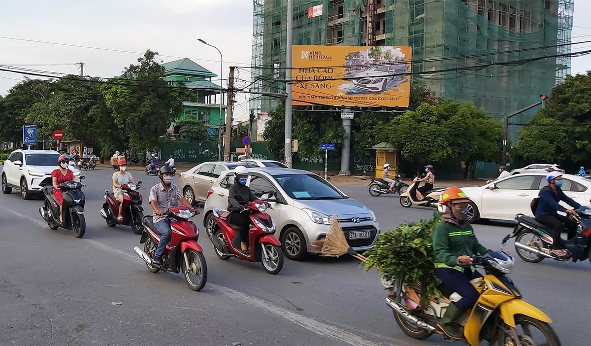 Đường phố Vinh đông đúc xe cộ trong chiều 16/9. Ảnh: Hải Bình