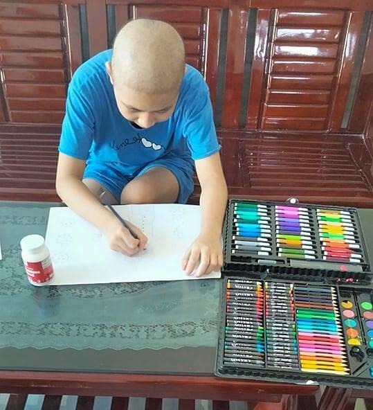 Huyền Trang tranh thủ vẽ tranh trong những lúc khoẻ.