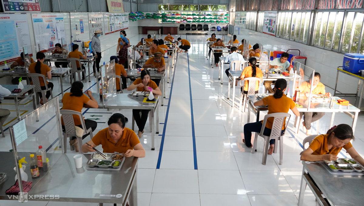 Bữa trưa của công nhân 3 tại chỗ trong một nhà máy ở Long An, tháng 7/2021. Ảnh: Hoàng Nam