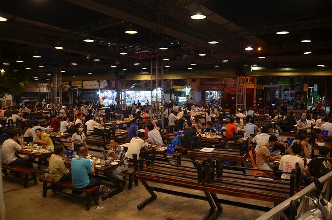 Một quán ăn trên đường Lê Quang Định, quận Gò Vấp bị kiểm tra vì không đảm bảo an toàn phòng dịch, tối 18/2. Ảnh: Đình Văn.