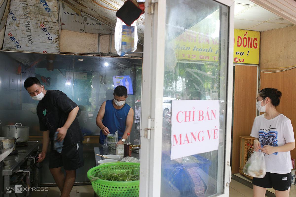Quán bánh đa cá rô của anh Lê Tuấn Đạt ở phố Tô Hiệu, quận Cầu Giấy trưa 16/9. Ảnh: Tất Định.