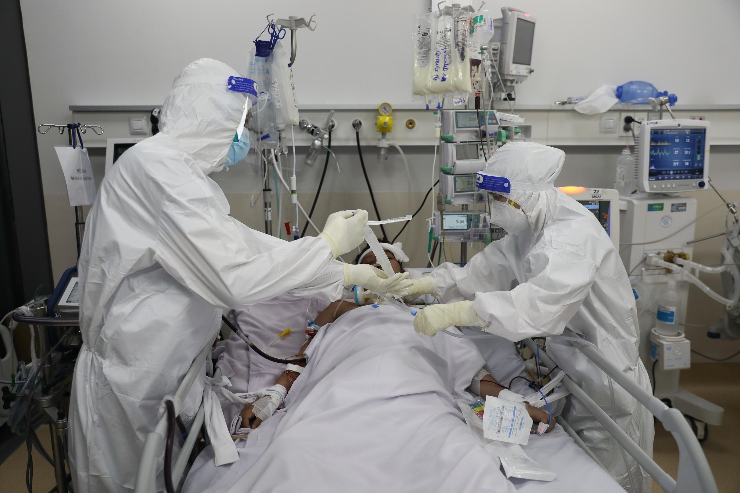 Bác sĩ điều trị, chăm sóc người mắc Covid-19 tại Trung tâm hồi sức Covid-19 ở Bệnh viện Ưng Bướu TP HCM (TP Thủ Đức), ngày 13/9/2021. Ảnh: Quỳnh Trần/VnExpress