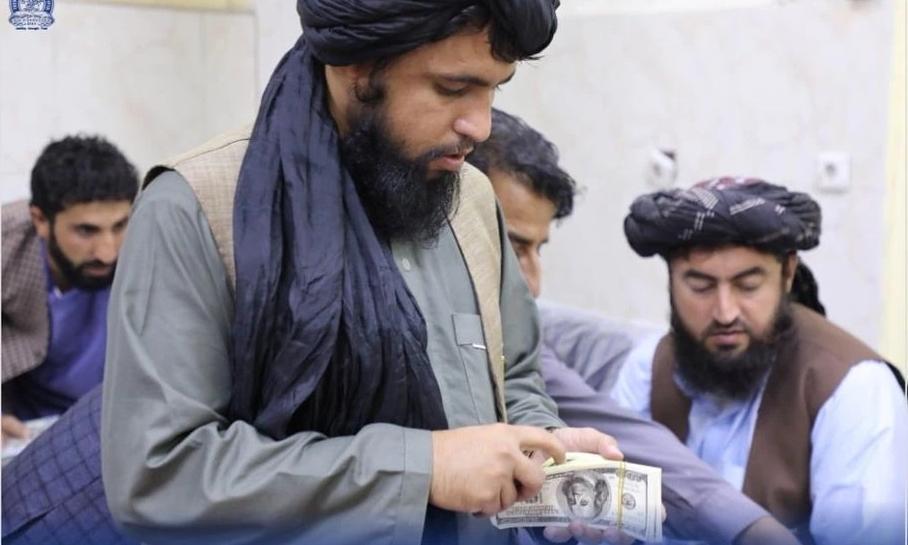 Taliban đếm tiền thu được trong nhà cựu quan chức chính quyền Afghanistan cũ hôm 15/9. Ảnh: Ngân hàng trung ương Afghanistan