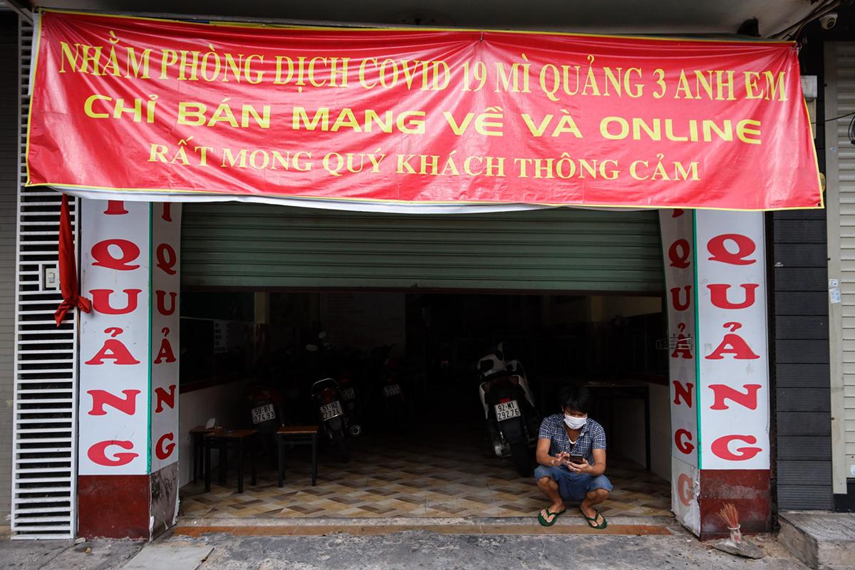 Cửa hàng chỉ được phép bán mang đi ở TP HCM. Ảnh: Quỳnh Trần.
