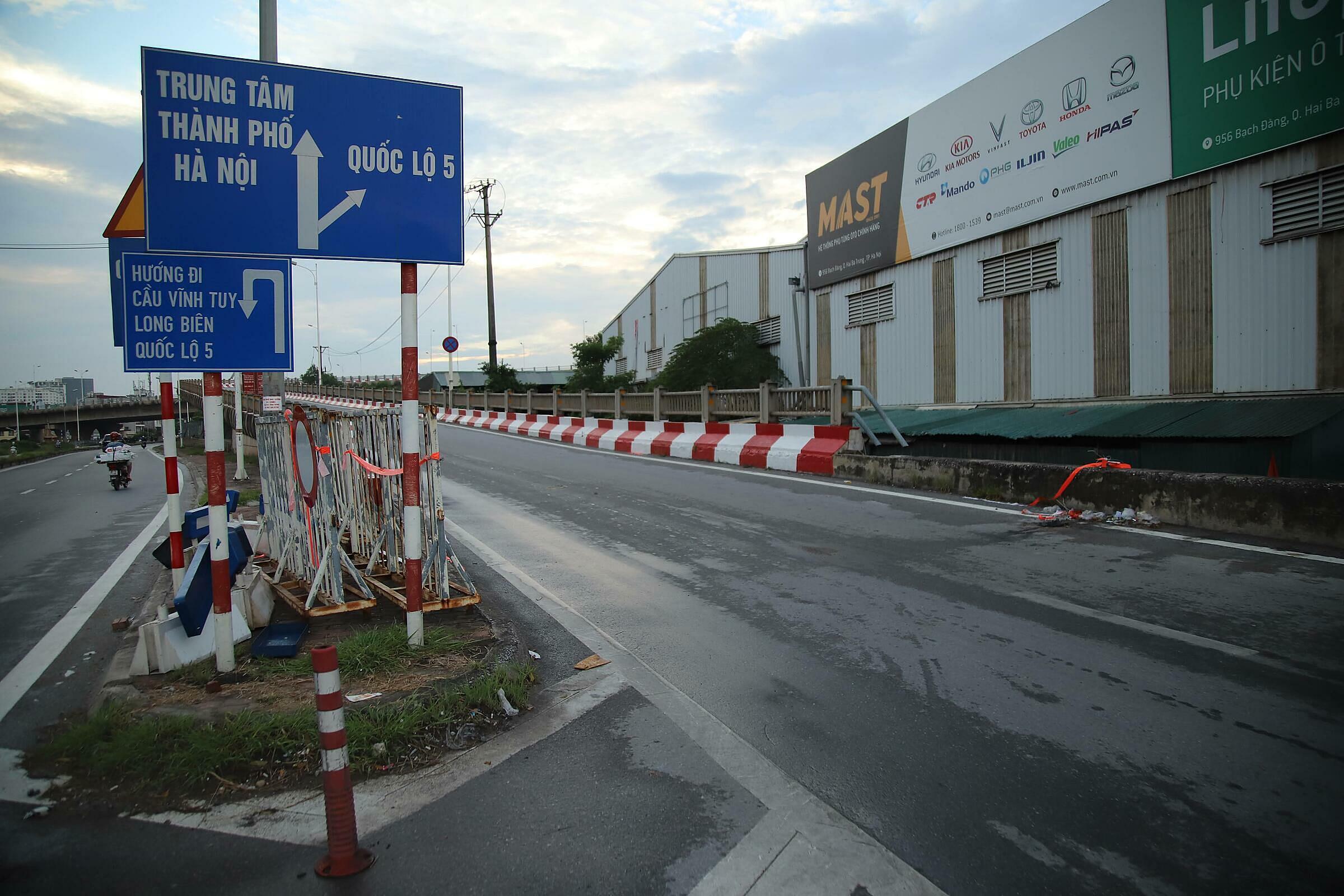 Chốt kiểm soát qua cầu Vĩnh Tuy vào TP Hà Nội được dỡ bỏ, chiều 16/9. Ảnh: Phạm Chiểu