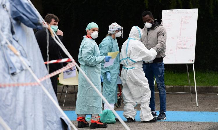 Nhân viên y tế tại một điểm xét nghiệm nCoV ở Italy hồi tháng 3/2020. Ảnh: AFP.