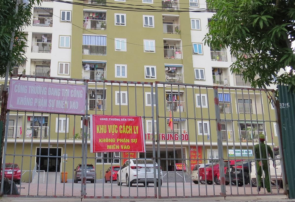 Cổng vào chung cư HTX Trung Đô, chiều 16/9. Ảnh: Hải Bình