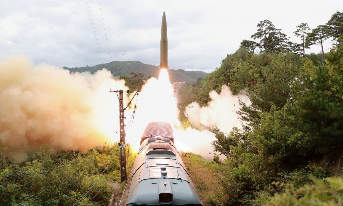 Tên lửa đạn đạo phóng từ tàu hỏa ở Triều Tiên hôm 15/9. Ảnh: KCNA.