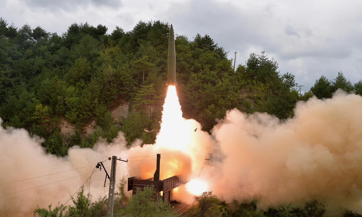Tên lửa rời bệ phóng trên tàu hỏa ở Triều Tiên hôm 15/9. Ảnh: KCNA.