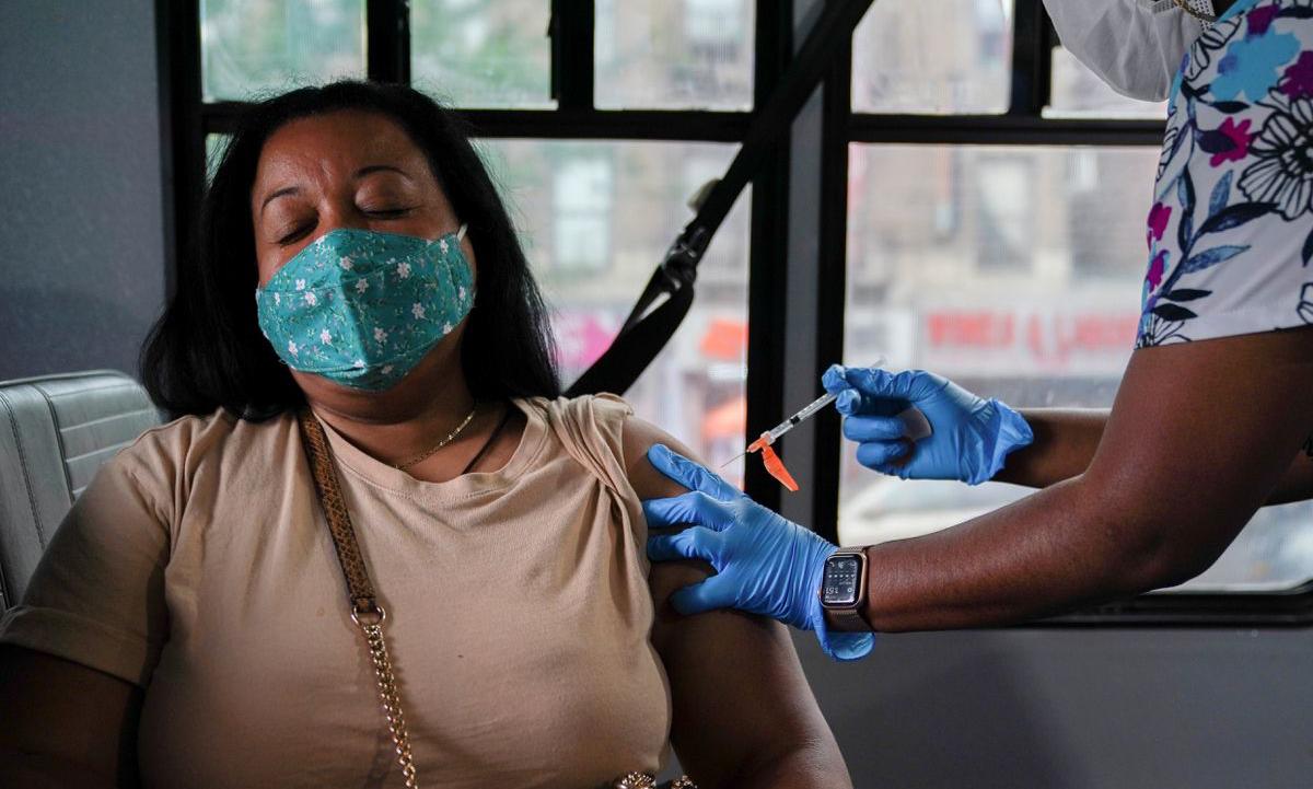 Một người phụ nữ được tiêm vaccine Covid-19 tại thành phố New York, Mỹ hôm 18/8. Ảnh: Reuters.