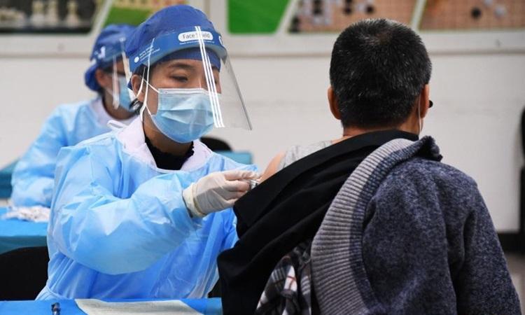 Nhân viên y tế tiêm vaccine Covid-19 cho người dân ở Bắc Kinh, Trung Quốc hôm 11/9. Ảnh: Xinhua.