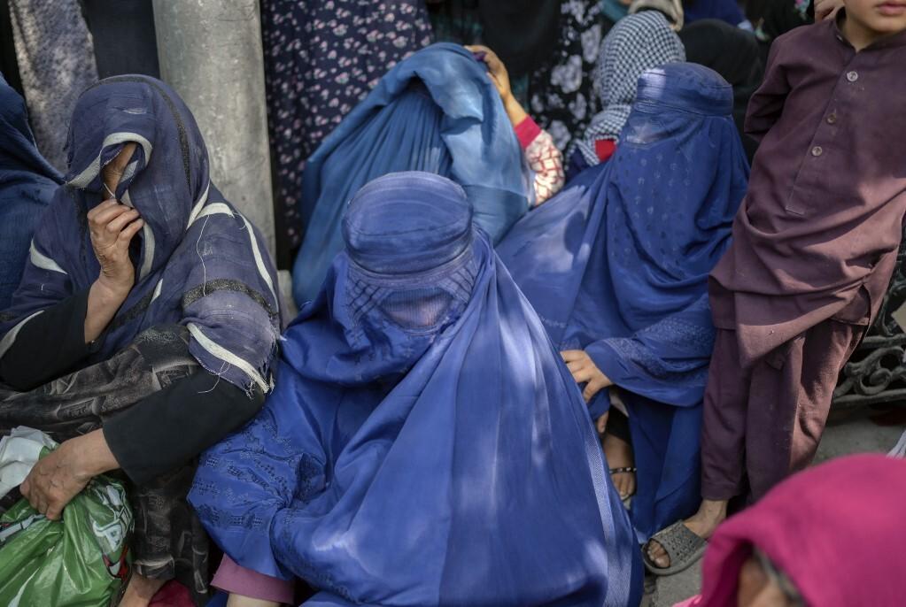 Phụ nữ Afghanistan chờ trước một ngân hàng ở Kabul hôm 15/9. Ảnh: AFP.