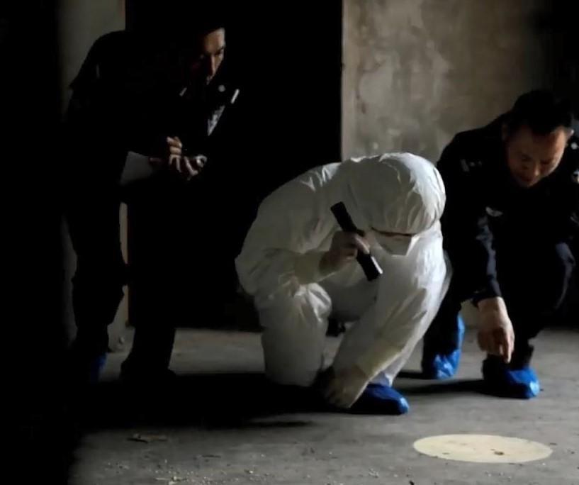 Cảnh sát tìm thấy vết máu trên sàn nhà hung thủ. Ảnh: CCTV