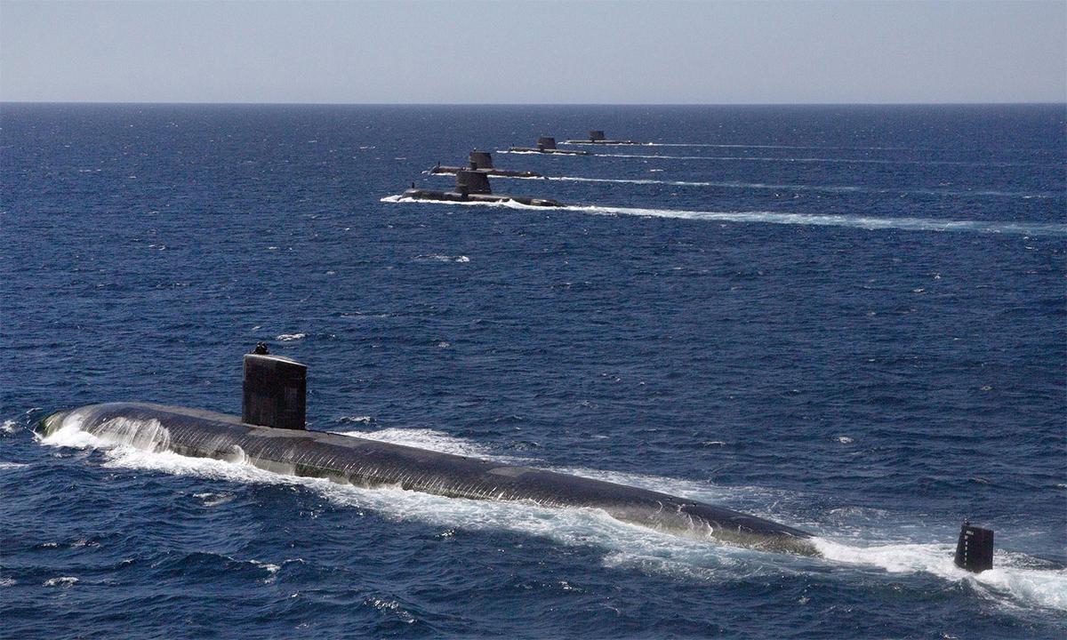Từ dưới lên, tàu ngầm USS Santa Fe của Mỹ di chuyển theo đội hình cùng tàu ngầm HMAS Collins, HMAS Farncomb, HMAS Dechaineux và HMAS Sheean của Australia tháng 2/2019. Ảnh: RAN.