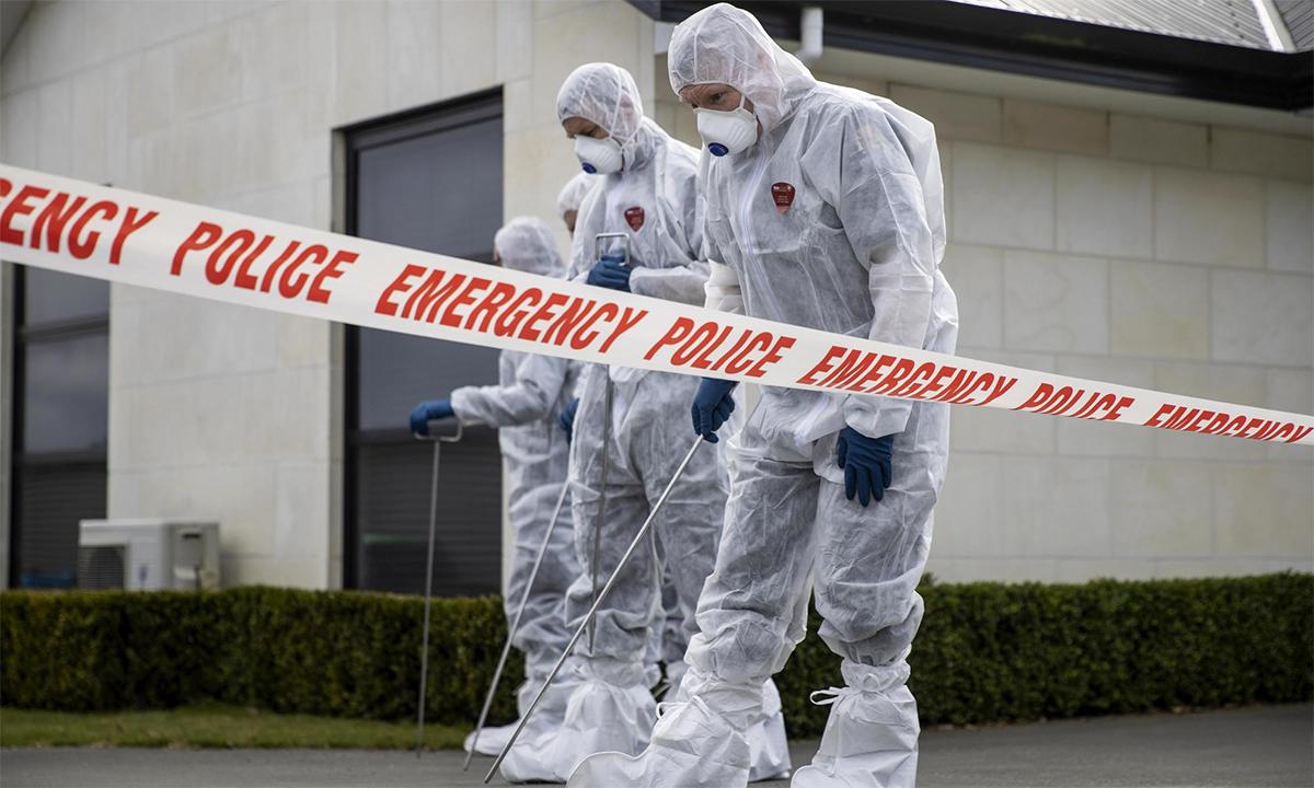 Nhân viên pháp y khám nghiệm hiện trường vụ sát hại ba bé gái ở thị trấn Timaru, New Zealand ngày 17/9. Ảnh: AP.