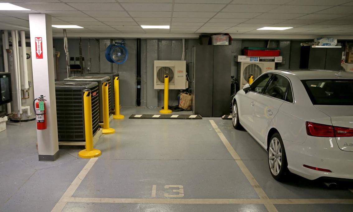 Chỗ đỗ xe được rao bán giá 375.000 USD, với hệ thống sưởi dành riêng. Ảnh: Boston Herald