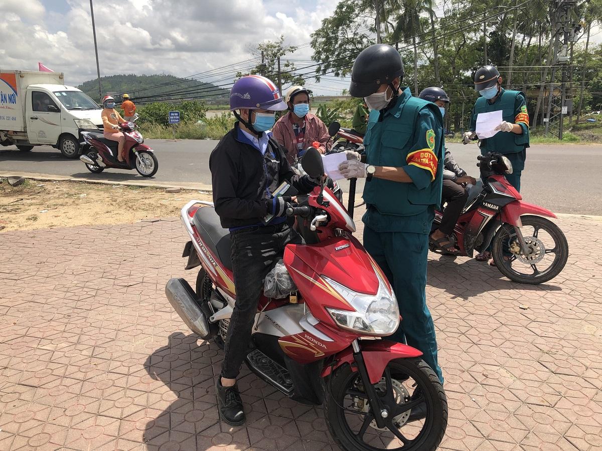 Lực lượng dân quân tự vệ kiểm tra giấy đi đường của người dân ở cầu Trà Khúc, TP Quảng Ngãi. Ảnh: Phạm Linh