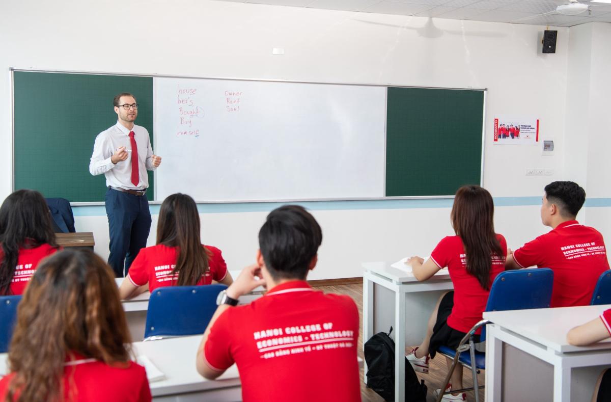 Giờ học tiếng Anh - một trong kỹ năng nghề nghiệp bắt buộc của học viên Cao đẳng Kinh tế - Kỹ thuật Hà Nội.