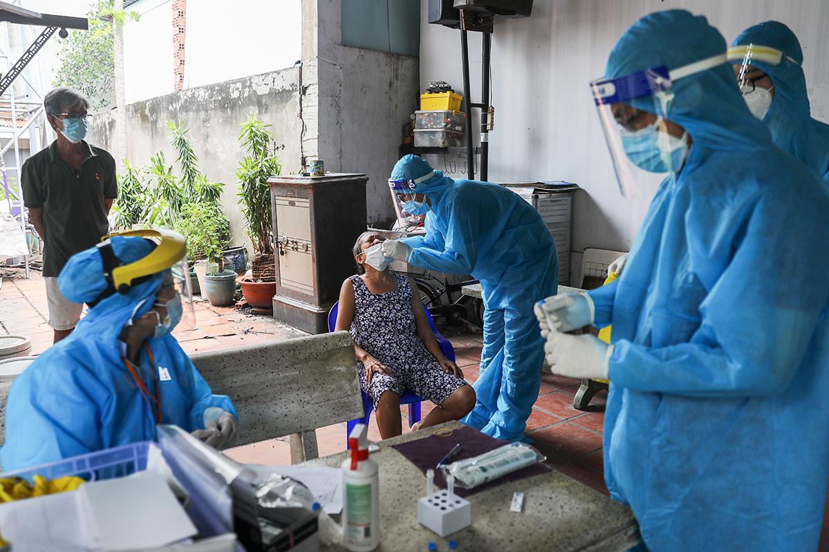 Lực lượng y tế lấy mẫu cho người dân phương 11, quận Bình Thạnh, ngày 23/8. Ảnh: Quỳnh Trần