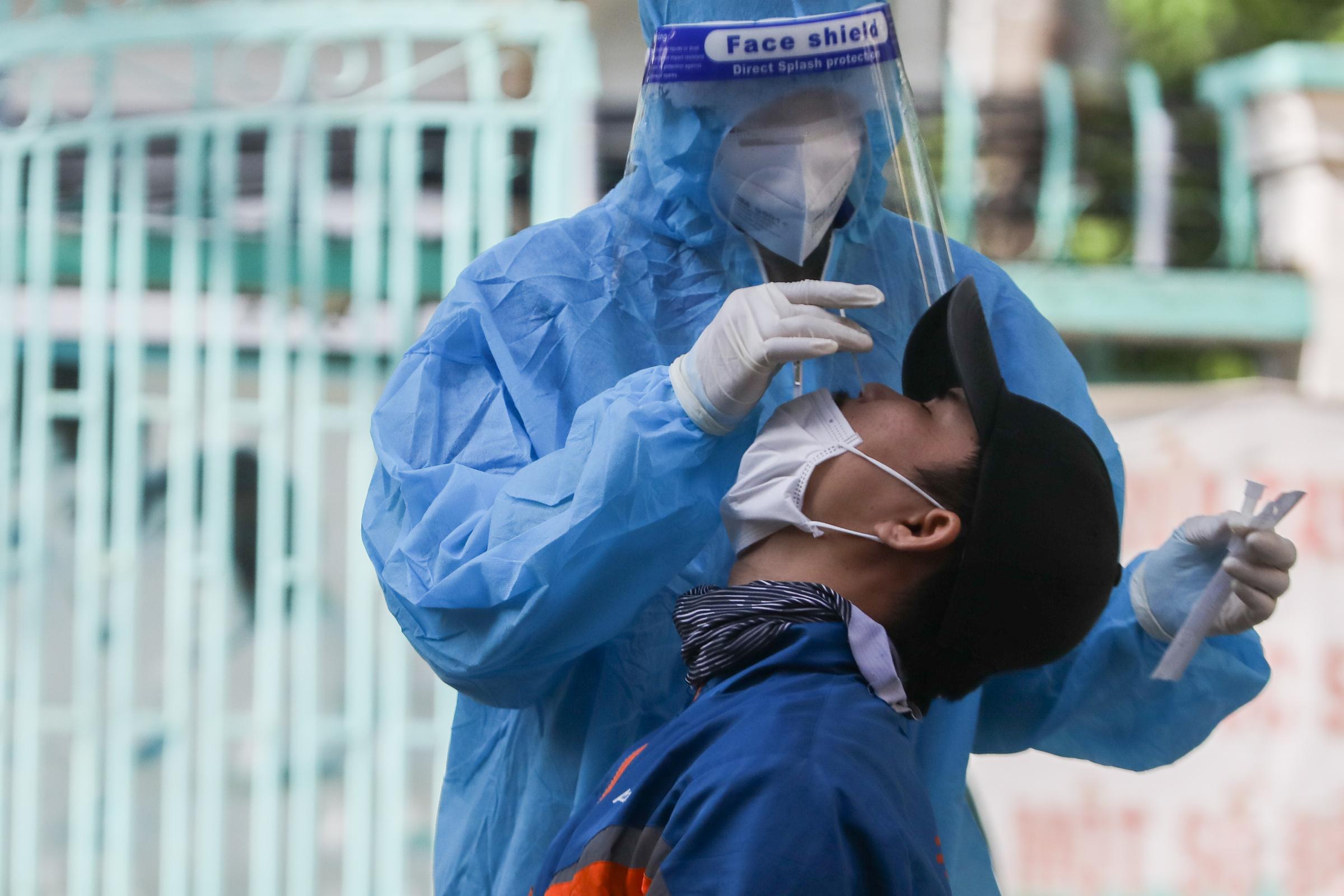 Nhân viên y tế lấy mẫu xét nghiệm Covid-19 cho shipper tại quận Gò Vấp, ngày 31/8. Ảnh: Quỳnh Trần