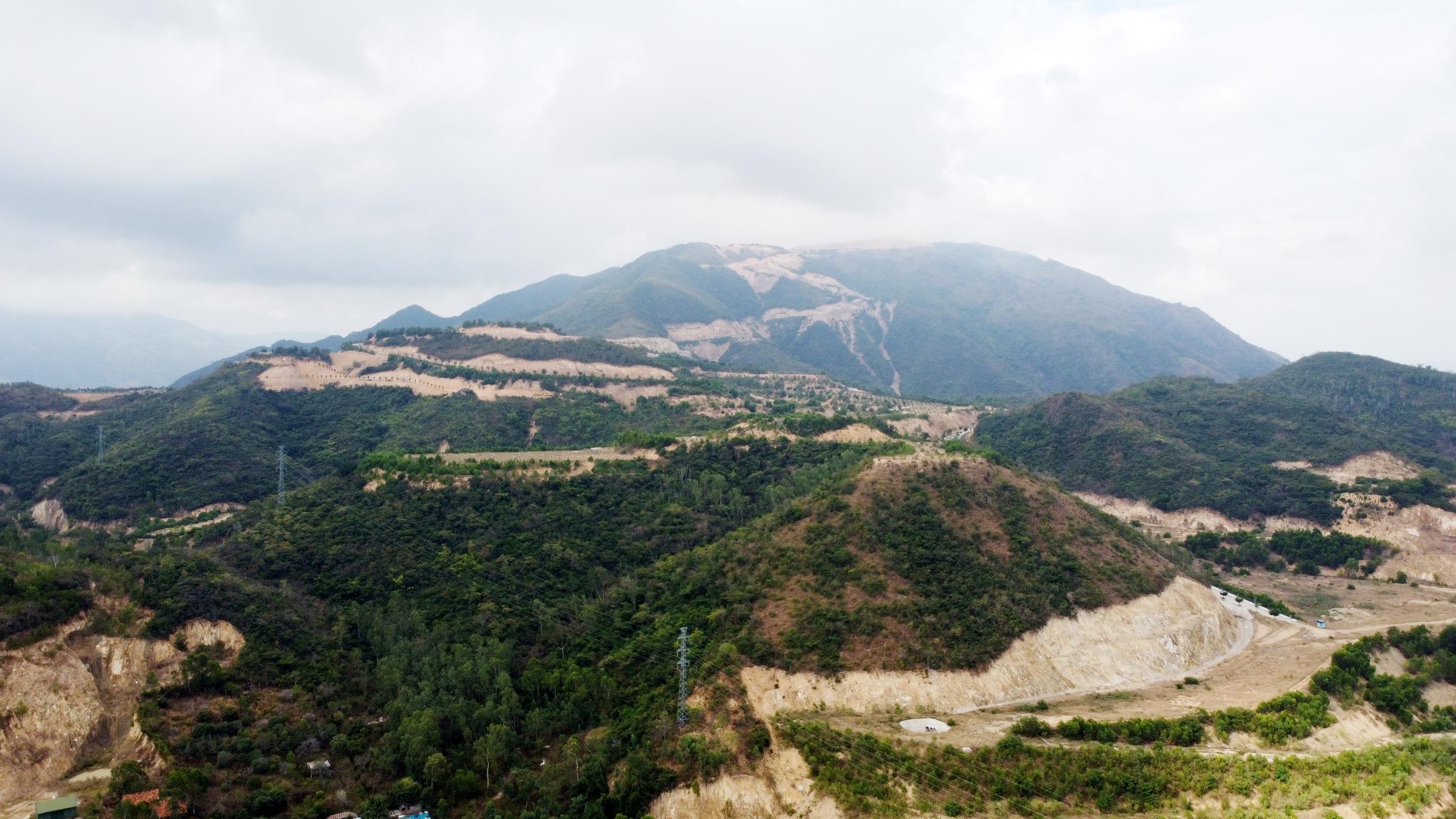 Một góc núi Chín Khúc nơi doanh nghiệp làm dự án, hồi tháng 4. Ảnh: Xuân Ngọc.