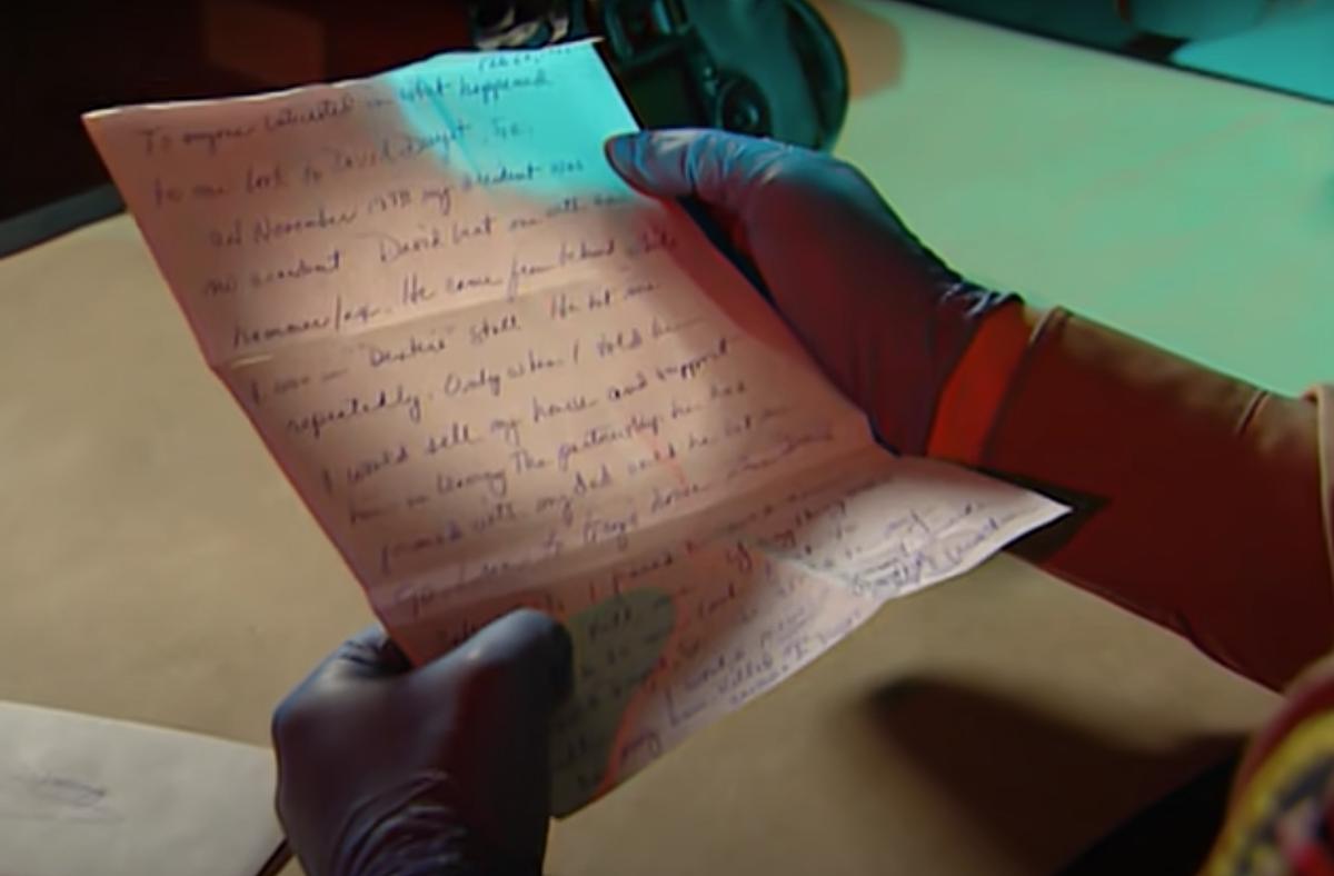 Cảnh sát điều tra về lá thư tuyệt mệnh của nạn nhân. Ảnh: Medical Detectives