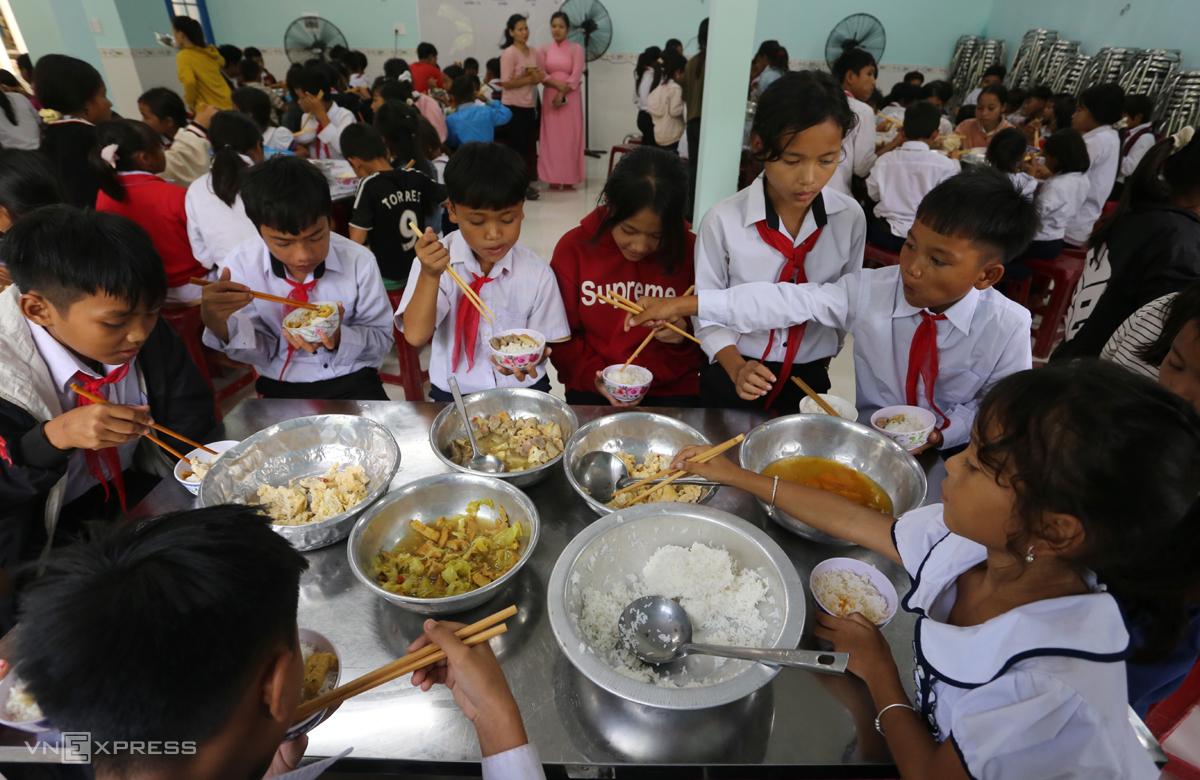 Bữa ăn của học sinh có bốn món gồm trứng, thịt nấu với đậu phụ, rau xào và canh bí đỏ. Ảnh: Đắc Thành.
