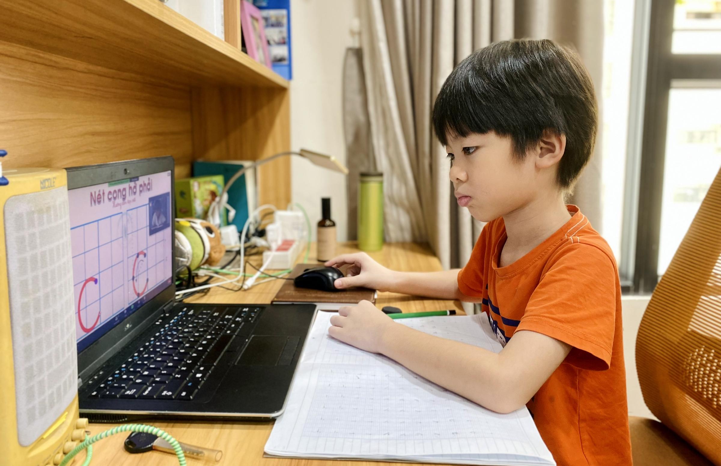 Học sinh lớp 1 trường Tiểu học Lương Thế Vinh, quận 7 làm quen cách học trực tuyến tại nhà, ngày 17/9. Ảnh: Phụ huynh cung cấp