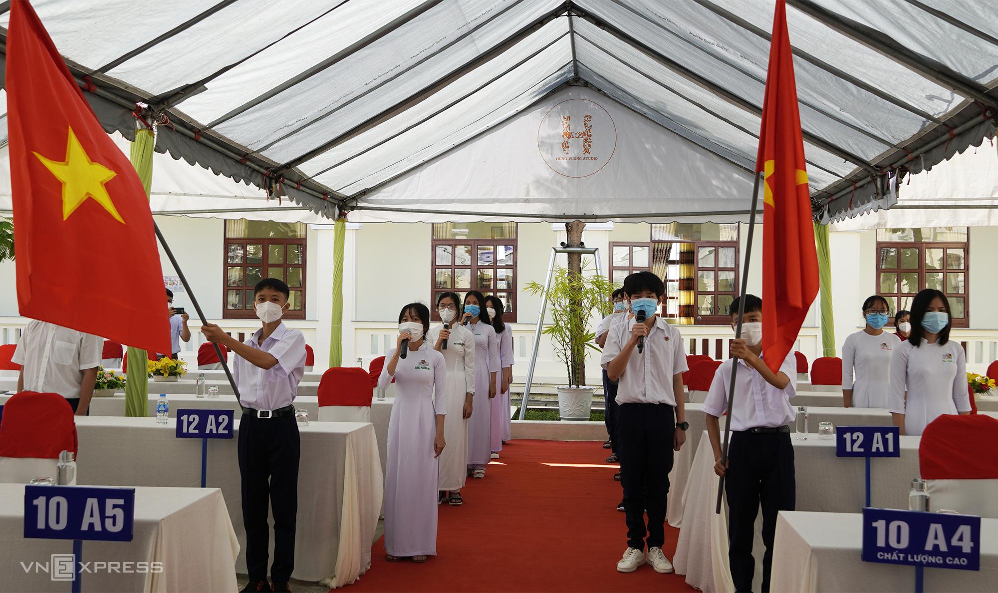 23 học sinh đại diện tham dự lễ khai giảng trực tiếp tại trường THPT Thiên Hộ Dương. Ảnh: Hoàng Nam