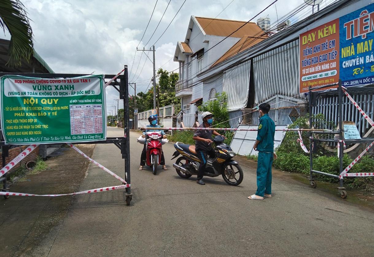 Một chốt kiểm soát vùng xanh ở huyện Thống Nhất. Ảnh: Thái Hà