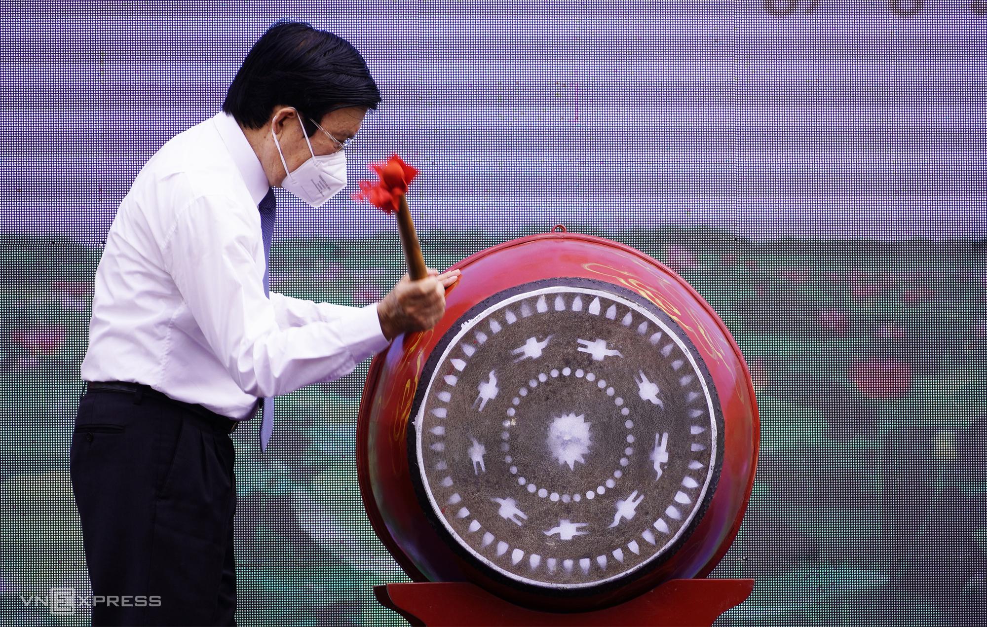 Nguyên Chủ tịch nước Trương Tấn Sang đánh trống khai giảng năm học mới tại trường THPT Thiên Hộ Dương, sáng 17/9. Ảnh: Hoàng Nam