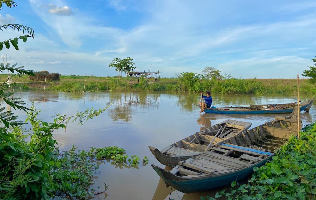 Mực nước trên sông tại khu vực đầu nguồn tỉnh Đồng Tháp bắt đầu lên người dân chuẩn bị câu lưới để đánh bắt cá kiếm thêm thu nhập khi nước tràn đồng. Ảnh: ConTuSa